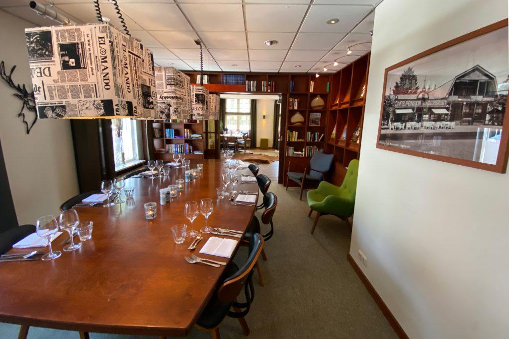 Bieb restaurantopstelling met doorkijk naar naast open deuren